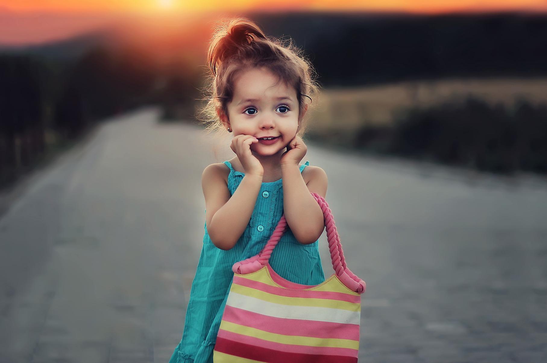 Pasożyty u dzieci mogą objawiać się drażliwością oraz swędzeniem skóry.