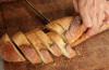 Uczulenie na gluten może objawiać się bólem brzucha.