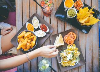 Objawy bulimii to m.in. prowokowanie wymiotów i ataki obżarstwa.