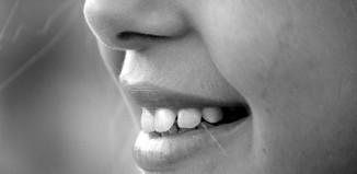 Objawy chorych zatok to katar oraz uczucie zatkania nosa.