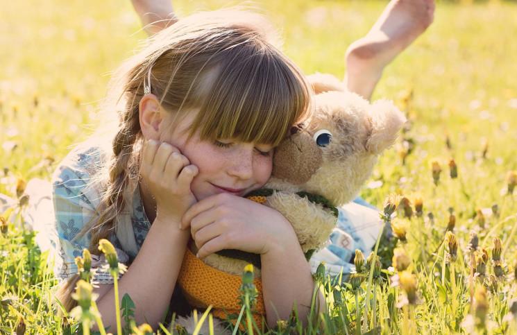 Owsiki u dzieci mogą objawiać się częstym drapaniem.