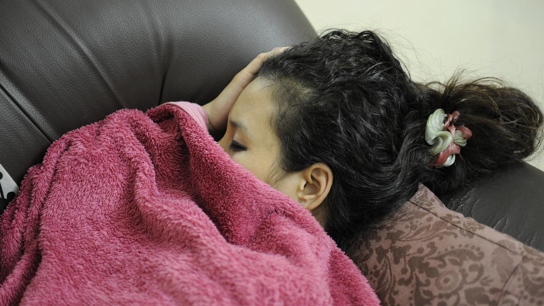 Objawy chorej tarczycy to senność i problemy z głosem.
